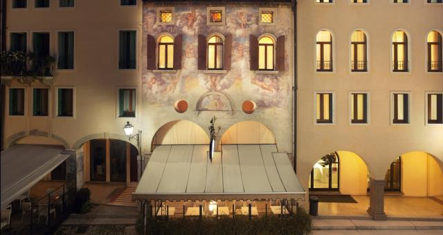 Best Western Hotel Canon d''Oro: the façade with the fresco